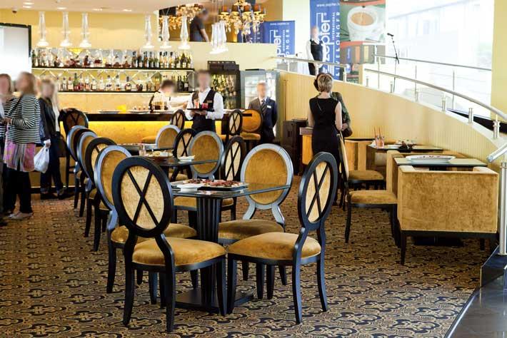 Produzione sedie classiche e moderne divani e poltrone in for Sedie salone moderne