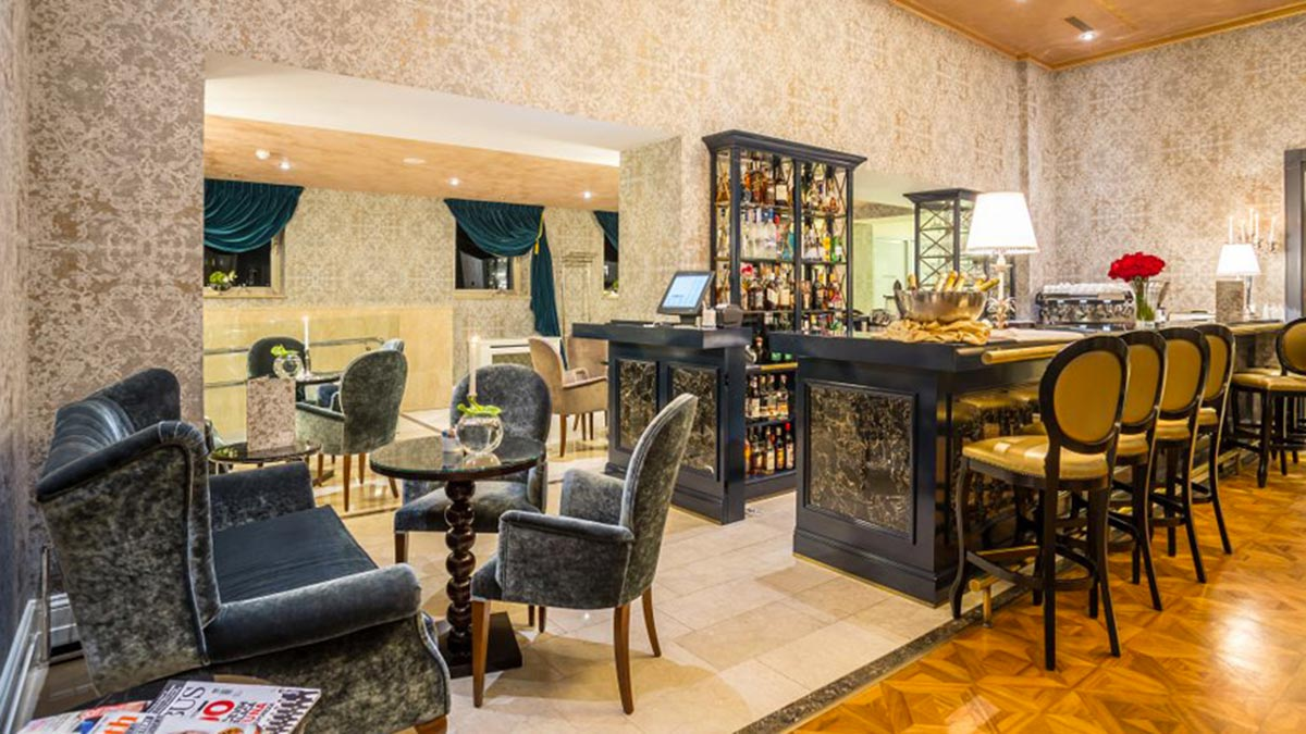 England 2 seater sofas, 4 Calipso armchairs and 4 Liberty bar stools in the bar area of the hotel Park in Croatia. Hotel furniture by Sevensedie.