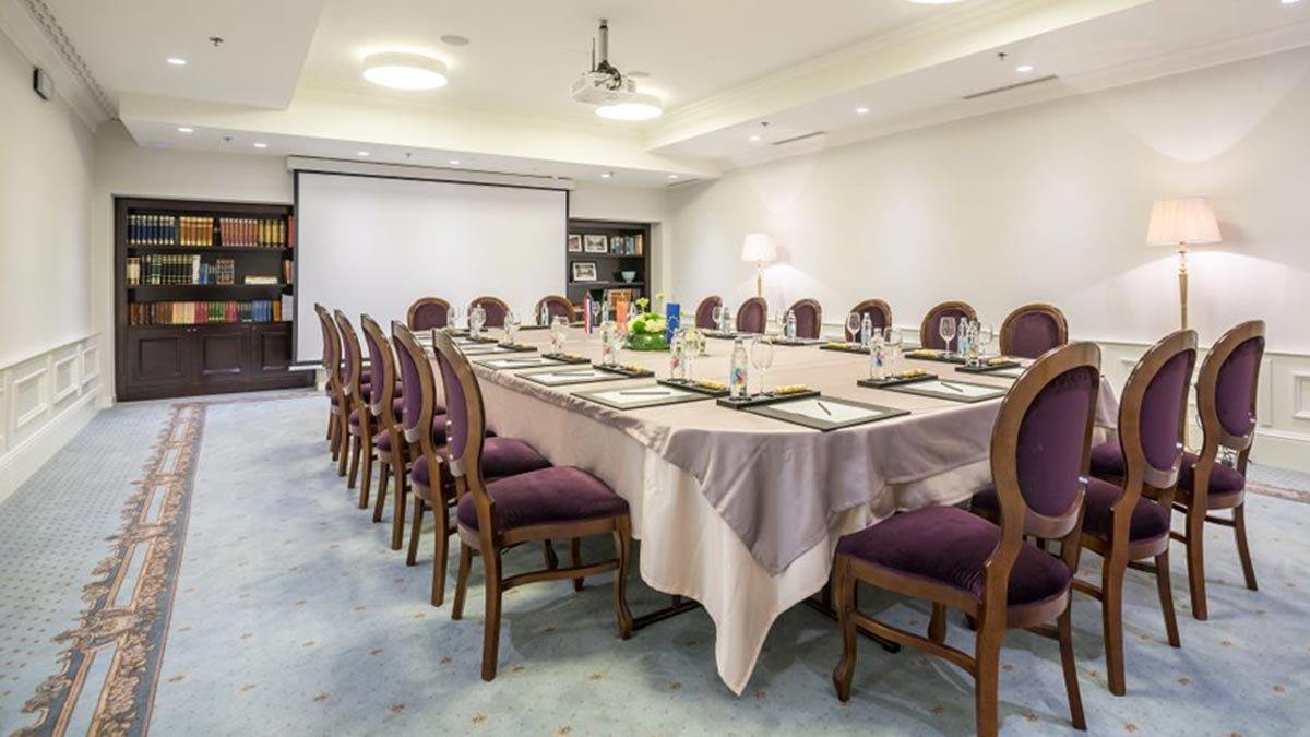 50 Liberty stackable classic chairs around a large conference table in the hotel Park in Croatia. A classic stackable chair by Sevensedie, reinforced with side-stretchers, ideal for hotels and restaurants.
